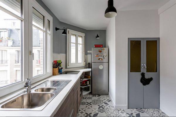 Стильный многофункциональный стол для помещения с маленькой площадью