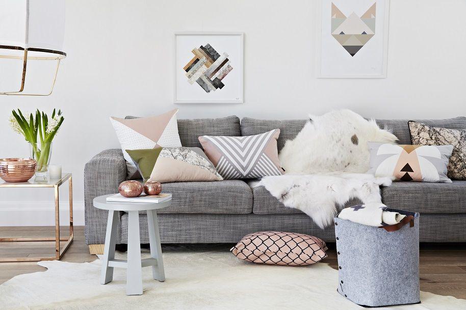 Подушки как основная деталь декора гостиной