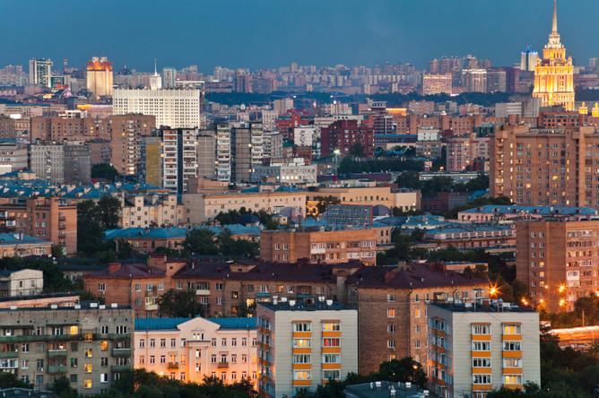 Выгодно ли купить участок земли в Подмосковье и квартиры в центре Москвы