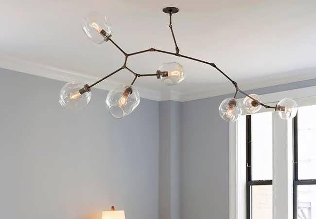 Потолочный светильник отлично заменяет подвесной вариант в комнатах с невысокими потолками